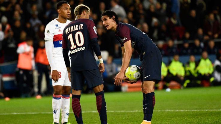 Neymar Dan Cavani berebut bola mati