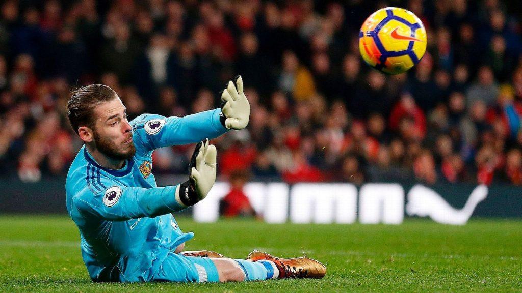 Pelatih Manchester United, Jose Mourinho memastikan bahwa Sergio Romero akan mengawal gawang The Reds Devil saat jumpa CSKA Moskow, Rabu (6/12) dini hari. Ia akan menggantikan posisi David De Gea yang bermain gemilang ketika bentrok dengan Arsenal akhir pekan lalu. Kiper yang juga membela Timnas Spanyol tersebut akan melewatkan pertandingan terakhir babak penyisihan grup Liga Champions musim ini. Ia diistirahatkan guna memastikan kondisinya tetap fit jelang derby Manchester pekan depan.